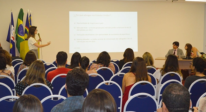 Gabriela Figueiras ministra palestra que aborda as oportunidades e os caminhos para trabalhar nos Estados Unidos